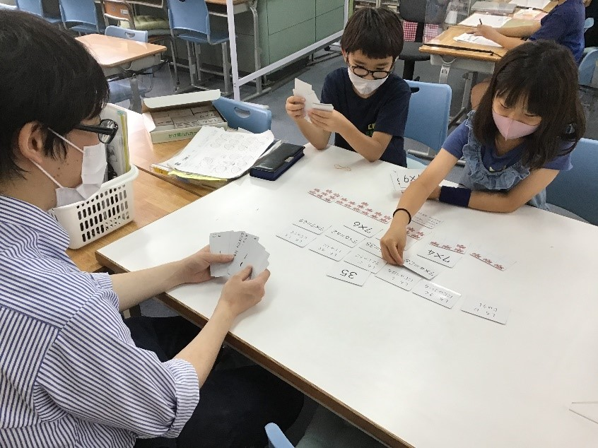 国際学級 手を動かして学びを確かめる